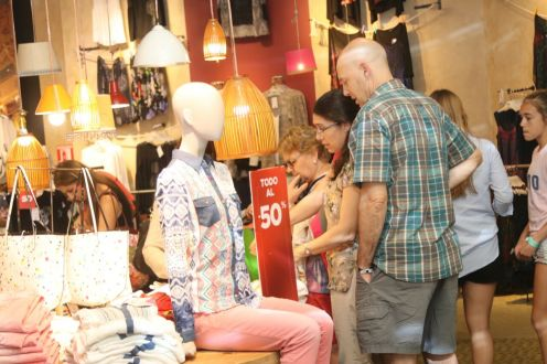Turistas haciendo compras
