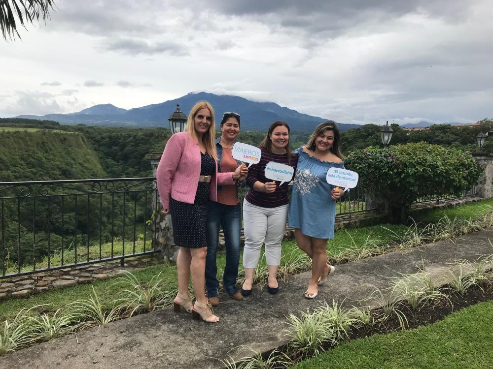 con nuestras anfitrionas Isabella  y Leyra ,la autora y Patricia de Viajeros Listos