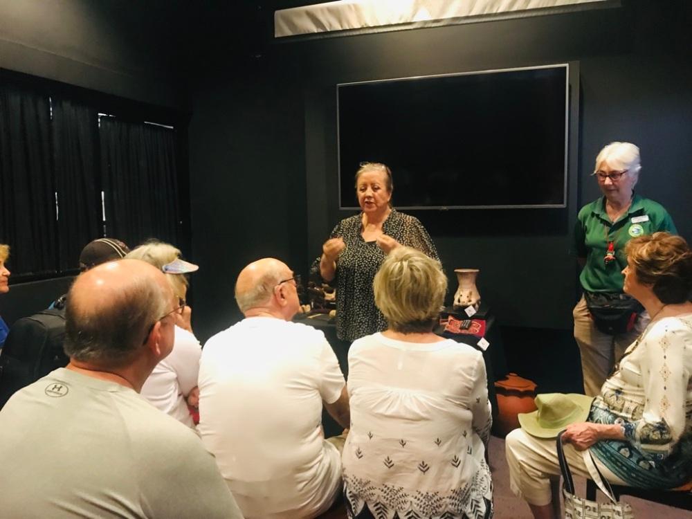 Introducción de la señora Agnes Santomenno al grupo de turistas